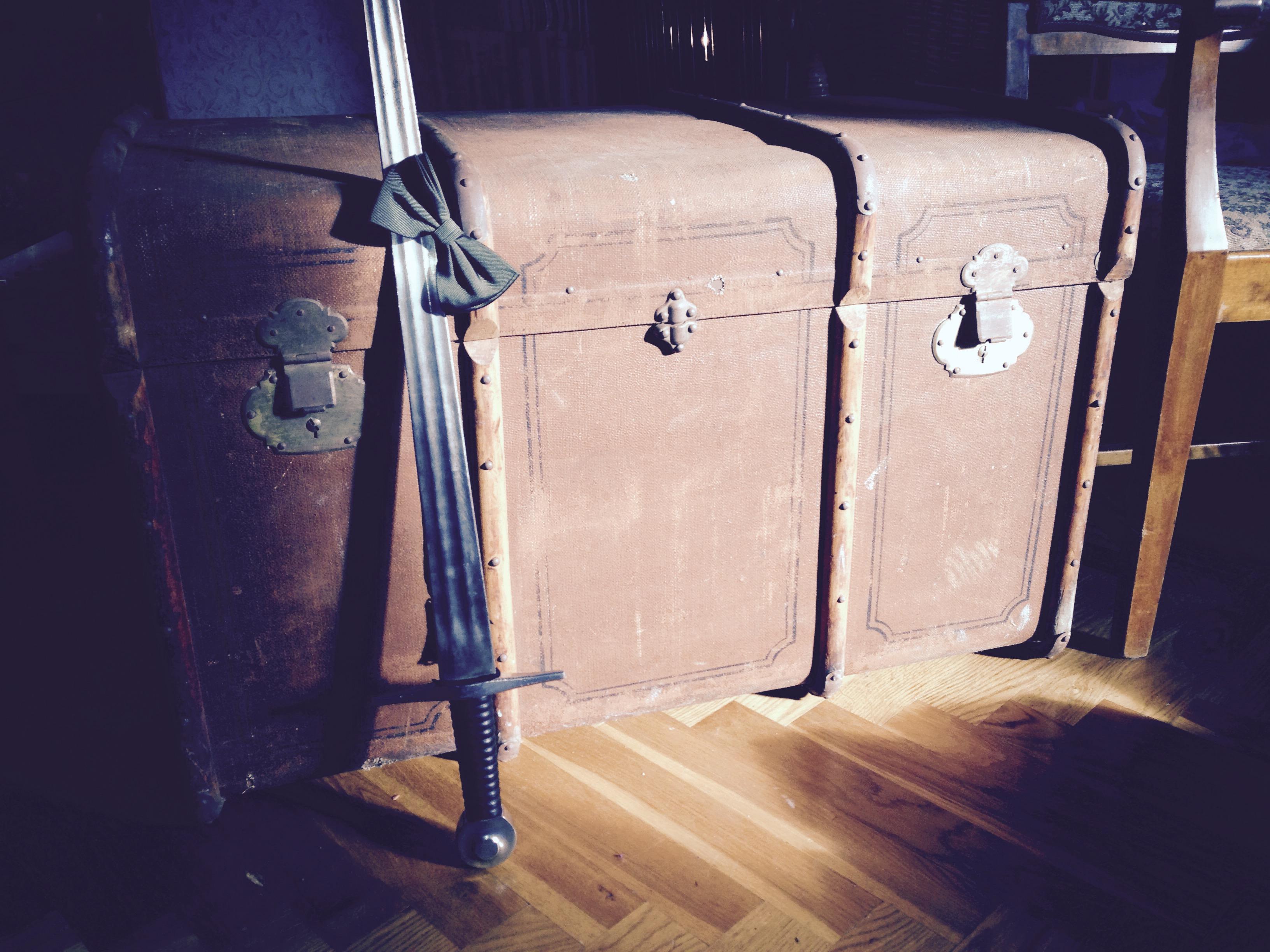 Koffert, fluga och svärd